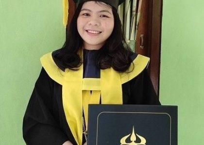 Sefta celebrates her graduation online