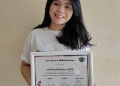 Graduates receiving Heliconia Graduation Certificates